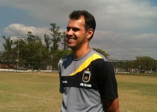 Rindo à toa, treinador Cairo Lima comemora boa fase no comando do Voltaço (Foto: Igor Bravo/Fair Play assessoria)