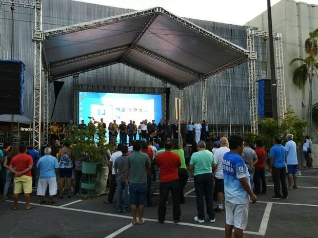 Membros do TRE-AM deram início à apuração dos votos por volta de 17h40 (Foto: Adneison Severiano/G1 AM)