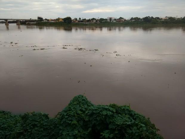 Rio Paraíba começou a baixar e atingiu 6,70 metros nesta sexta-feira (11) (Foto: Stella Freitas/ G1)