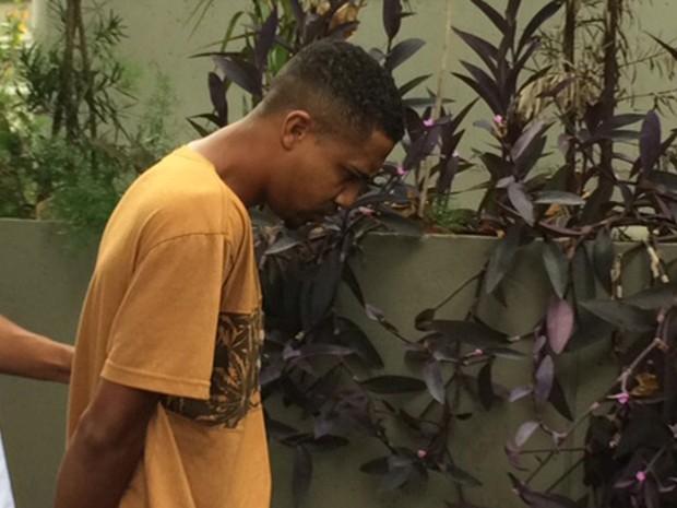 Yago Gonçalves dos Santos, conhecido como Yago Muay Thai, tinha mandado de prisão expedido por latrocínio (Foto: Matheus Rodrigues / G1)