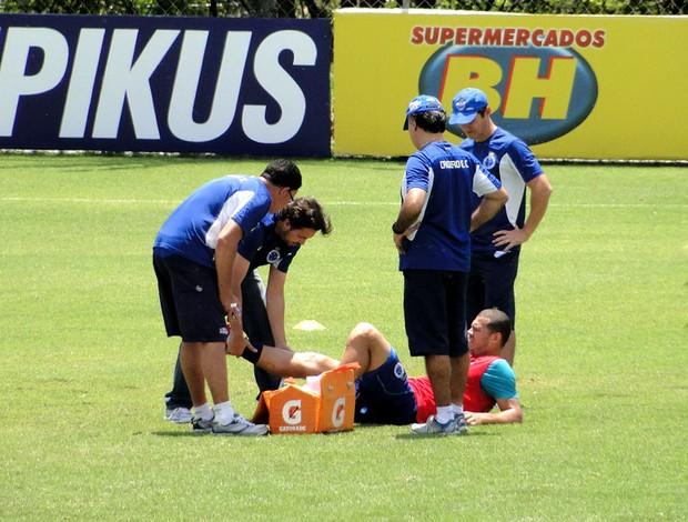 Nilton treino Cruzeiro atendimento (Foto: Tarcisio Badaró)