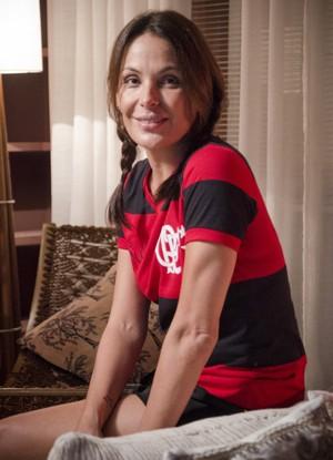 Carolina Ferraz veste camisa do Flamengo para viver primeira namorada do Léo (Foto: Divulgação / Louco por Elas)