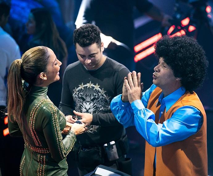 Nelson Freitas conversa todo bem-humorado com Claudinha no palco do 'The Voice (Foto: Isabela Pinheiro / Gshow)
