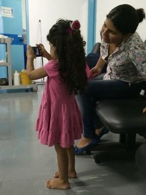 Cerca de 80% dos pelos corporais da menina já foram removidos (Foto: Vitor Santana/G1)