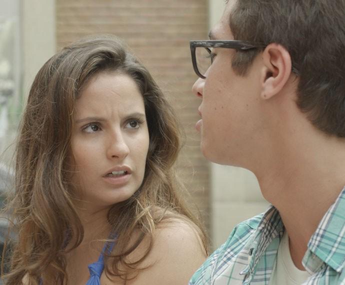 Nanda não acredita no que ouve do namorado (Foto: TV Globo)