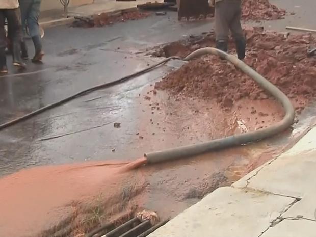 Vazamento de água foi registrado no local (Foto: Reprodução/TVTEM)