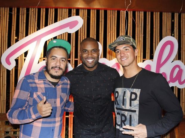 Marcelo D2, Rafael Zulu e Gabriel Medina em festa na Zona Oeste do Rio (Foto: Vera Donato/ Divulgação)