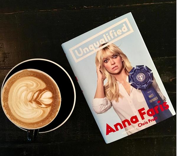 A capa da autobiografia de Anna Faris (Foto: Instagram)