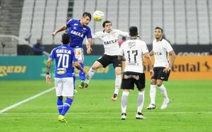 Corinthians x Cruzeiro - disputa Willian e Fagner (Foto: Marcos Ribolli)