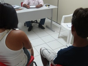 Mãe e adolescente supostamente agredido por policiais procuram por ajuda do Conselho Tutelar (Foto: Michelle Farias/G1)