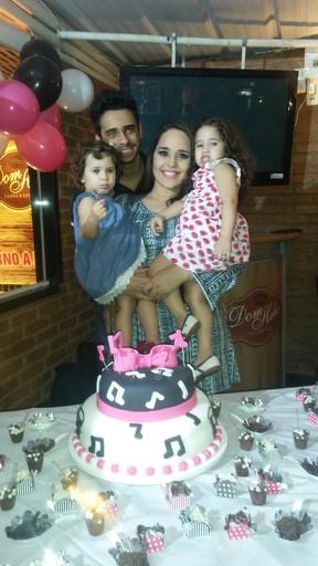 Perlla com as filhas, Pietra e Pérola, e o marido, Cássio Castilhol  (Foto: Divulgação)