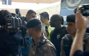 Cruzeiro desembarca sob protesto  de torcedores após goleada no Recife