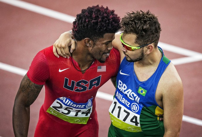 Richard Browne e Alan Fonteles se abraçam após competiram a final dos 200m no Mundial de Doha (Foto: Márcio Rodrigues/MPIX/CPB)