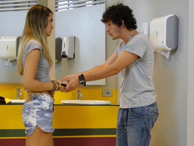 Dinho invade banheiro feminino para se desculpar com Fatinha. Será que a garota vai aceitar? (Foto: Malhação / Tv Globo)