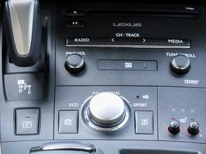 Comandos do rádio do Lexus CT200h (Foto: Fabio Tito/G1)