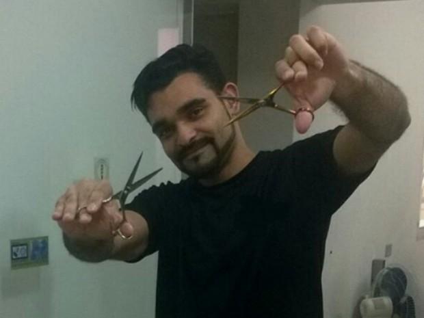 O cabeleireiro de Suzano Diego Bitterncourt fez preço especial para clientes que estão desempregados (Foto: Diego Bittencourt/ Arquivo Pessoal)