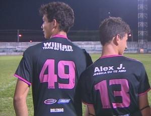 Jogadores homenageiam namoradas no uniforme do time. (Foto: Reprodução/TV Rondônia)