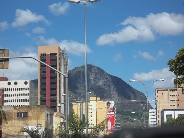 Vista do Pico da Ibituruna da Avenida Minas Gerais, no Centro de Governador Valadares, no Vale do Rio Doce. (Foto: Diego Souza/G1)