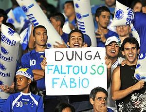 No Mineirão cartaz protesta contra Dunga e pede Fabio na seleção (Foto: Agência Estado)