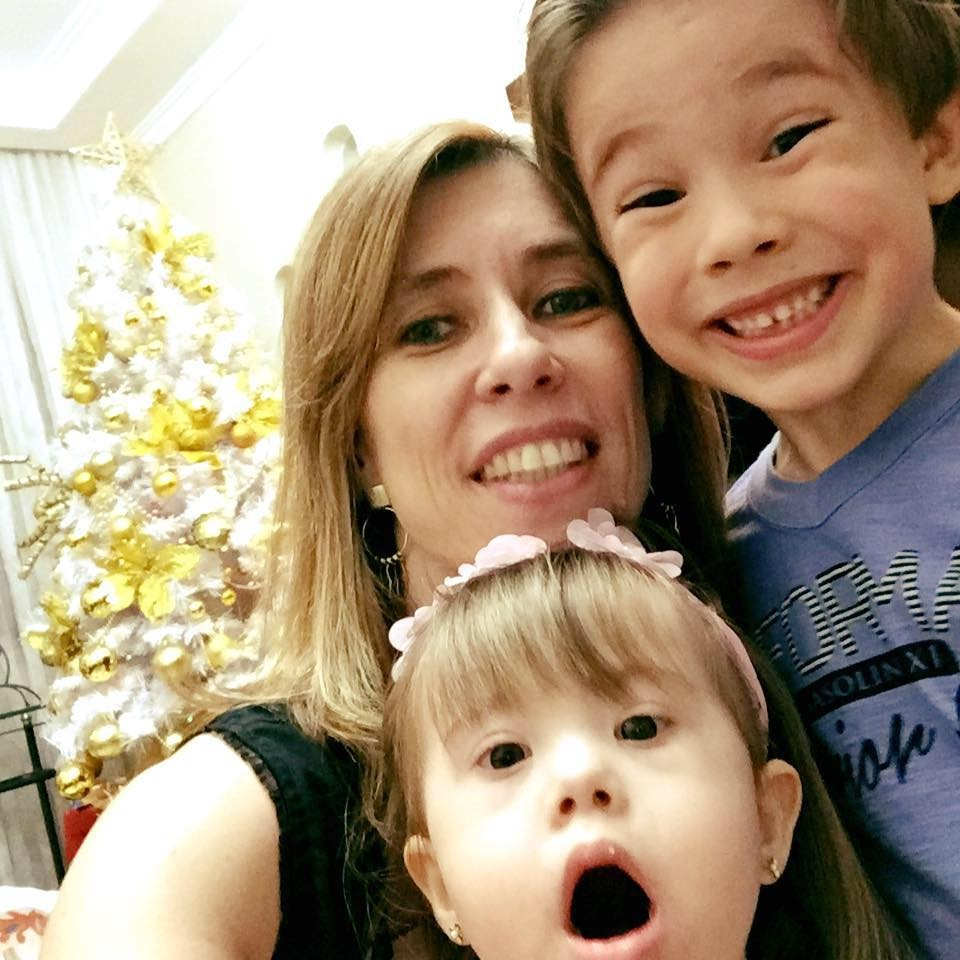 Gisele e os filhos Sara e Rafael (Foto: Reprodução Facebook)