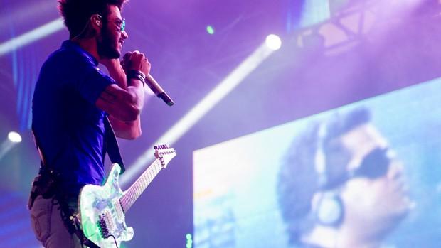 Gusttavo Lima empunha guitarra durante show em Barretos (Foto: Flávio Moraes/G1)