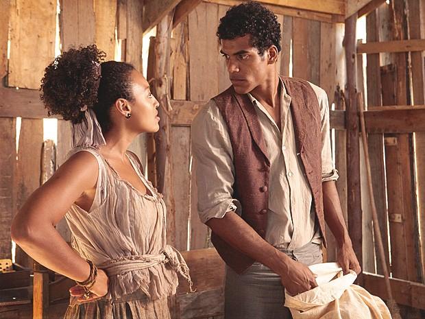 Enquanto Caniço faz sua trouxa, Berenice anuncia que não irá com ele (Foto: Lado a Lado / TV Globo)
