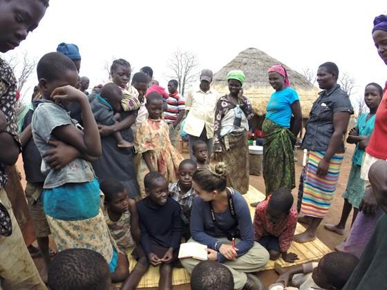Gabriele conversa com nativos em comunidade africana. Seu projeto com Felipe visa aplicar as experiências sociais no nosso país (Foto: Acervo Pessoal)