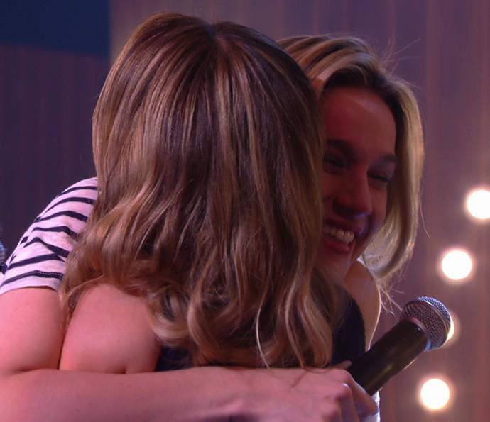 Fernanda Gentil abraça Sandy após a apresentação (Foto: TV Globo)