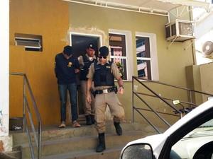 Assaltante foi preso por agentes em lote vago (Foto: Michelly Oda/G1)