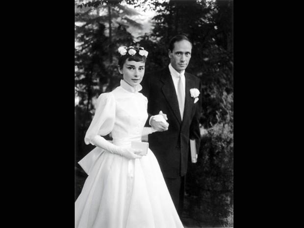 Usando um vestido de noiva considerado um dos mais belos da história, Audrey Hepburn se uniu ao ator Mel Ferrer em 1954. Eles foram apresentados por Gregory Peck, que estrelou com ela no filme 'A princesa e o plebeu' (Foto: Ernst Haas/Getty Images)