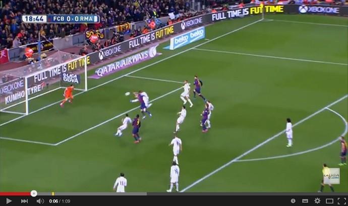 Mathieu cabeceia para fazer o primeiro gol de Barcelona x Real Madrid