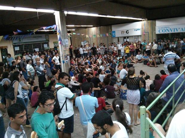 Manifestantes da #RevoltadoBusão fazem reunião no Campus central da UFRN, em Natal (Foto: Iano Flávio Maia)