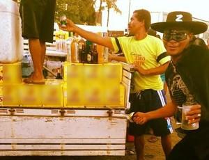 Com a caneca do São Paulo, Aloísio 'Zorro Chulapa' faz a festa no carnaval de Alagoas (Foto: Instagran/Divulgação)