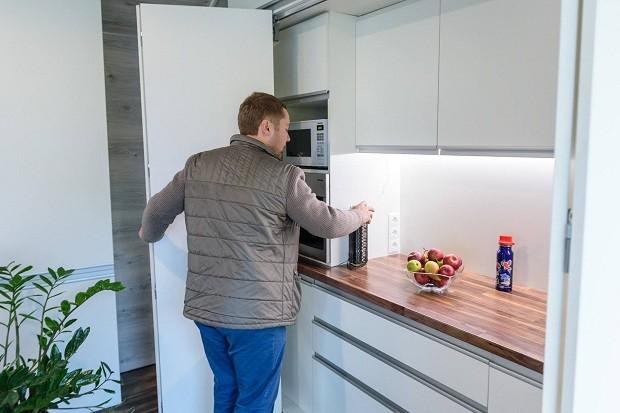 Cozinha é equipada com micro-ondas, geladeira, lava-louça e uma máquina de café (Foto: Divulgação)