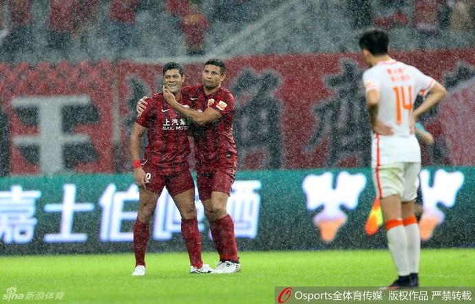 Elkeson Hulk Shanghai SIPG (Foto: Reprodução / Sina.com)