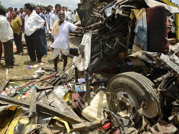 Os destroços do ônibus que colidiu com um trem na Índia (Foto: Noah Seelam/ AFP )
