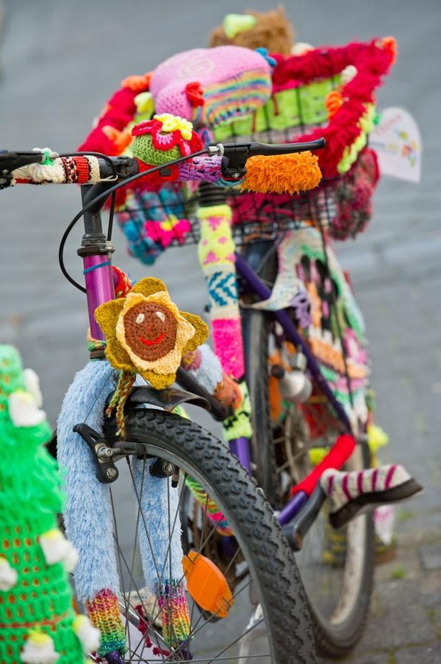 Bicicleta foi decorada com tricô em frente de loja em Bamberg. (Foto: David Ebener/AFP)