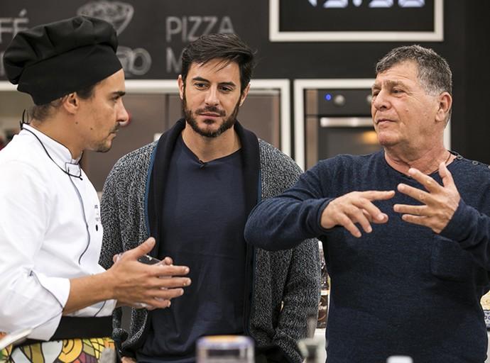Ricardo Tozzi passeia pela prova da Panela de Pressão e conversa com André Gonçalves ao lado do chef David Zisman (Foto: Ellen Soares/Gshow)