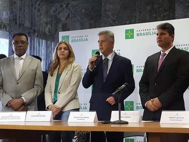 O ex-secretário de Saúde João Batista de Sousa ao lado da nova secretária-adjunta, Eliene Berg, do governador Rodrigo Rollemberg e do novo titular da pasta, Fábio Gondim (Foto: Raquel Morais/G1)