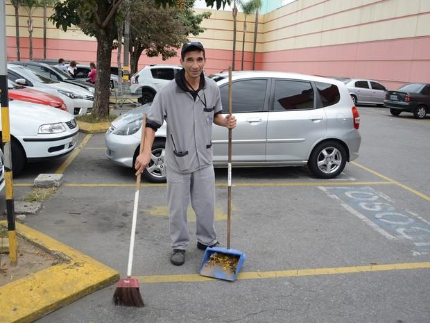 Com salário de faxineiro, Alexandre mantém ONG que já ajudou mais de 500 pessoas em Suzano (Foto: Nicholas Modesto/ TV Diário)