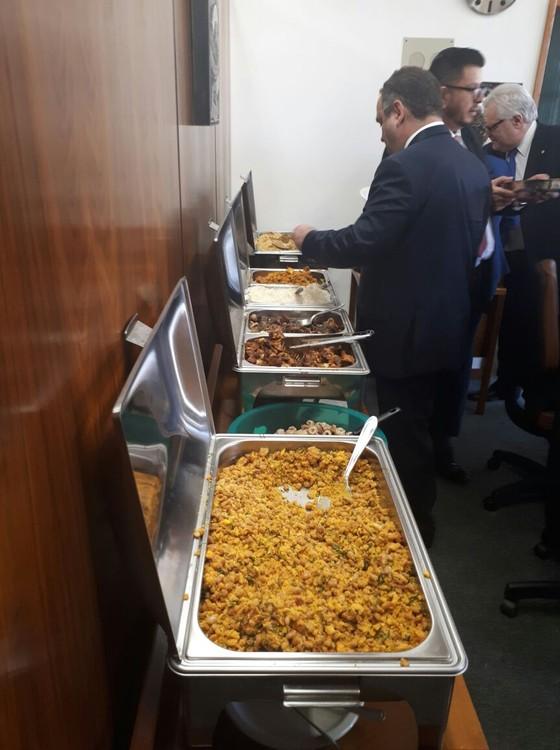 """""""Deputado da leitoa"""" providencia almoço para colegas (Foto: Mateus Coutinho)"""