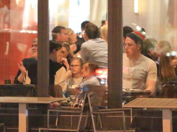 Ben Affleck e Jennifer Garner com os filhos (Foto: Grosby)