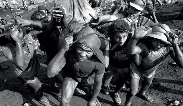 No auge de Serra Pelada, o metal era retirado manualmente (Foto: Agência O Globo)