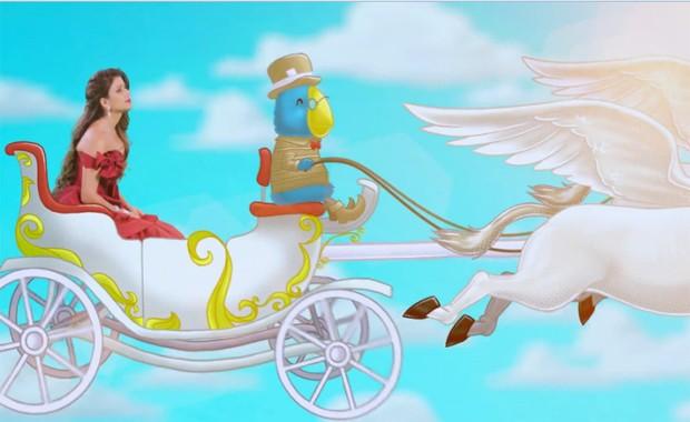 Paula Fernandes 'voa' em carruagem de animação no clipe de 'Se o coração viajar' (Foto: Divulgação)