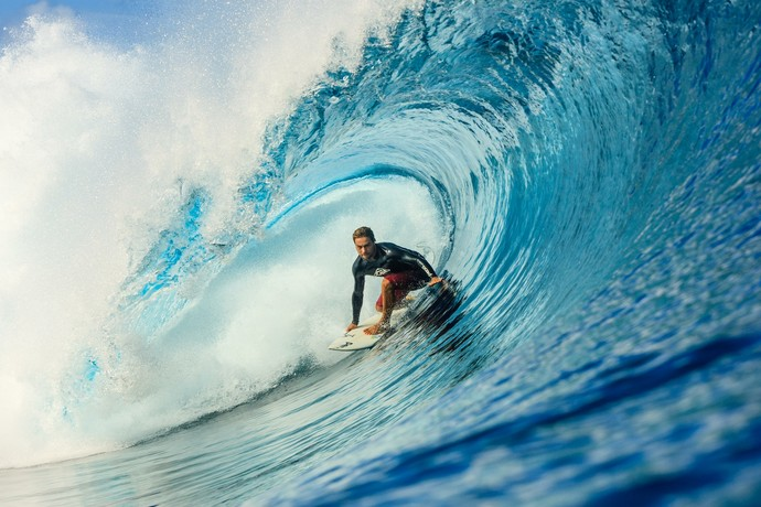 Além de campeão mundial jr, Lucas SIlveira é especialista em tubos e ondas grandes. Na foto, surfista surfa no taiti (Foto: Henrique Pinguim)