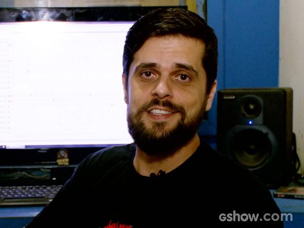 Angelo Arede se diverte fazendo as músicas incidentais da websérie (Foto: A Última Loja de Discos / TV Globo)