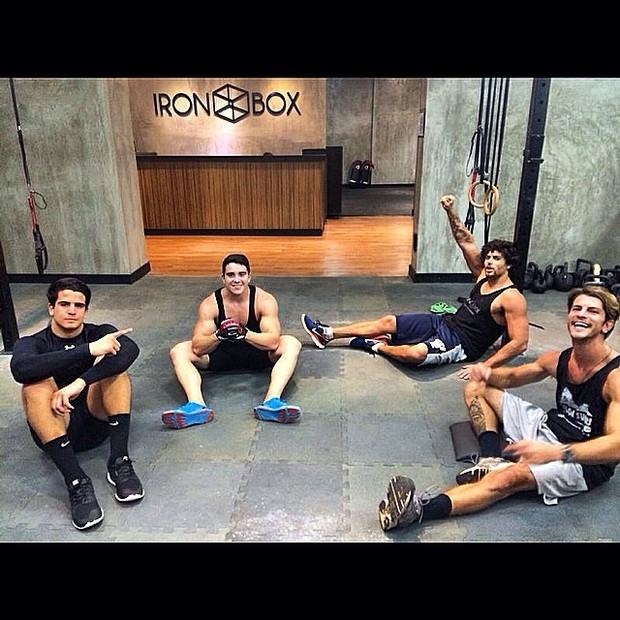 Enzo Celulari e Jesus Luz com amigos em academia no Rio (Foto: Instagram/ Reprodução)