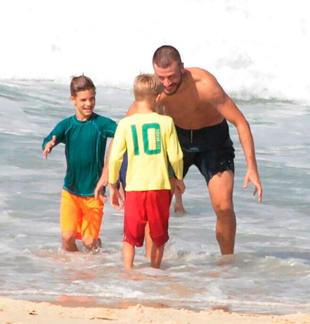 Rodrigo Hilbert e os filhos, Francisco e João curtem dia de praia (Foto: AgNews)