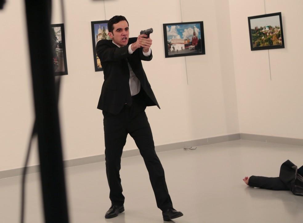 Atirador mata Andrei Karlov, embaixador russo, em galeria de arte na Turquia. (Foto: AP Photo/Burhan Ozbilici)