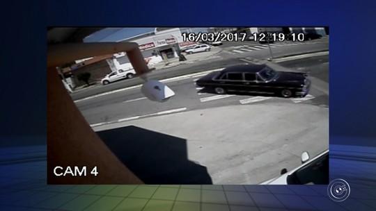 Motorista perde controle e bate Mercedes clássica várias vezes; vídeo